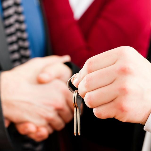Landlord_handing_over_keys