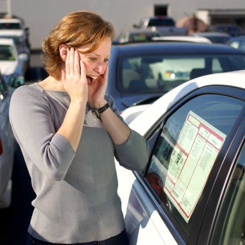 woman shopping for auto loan best rate