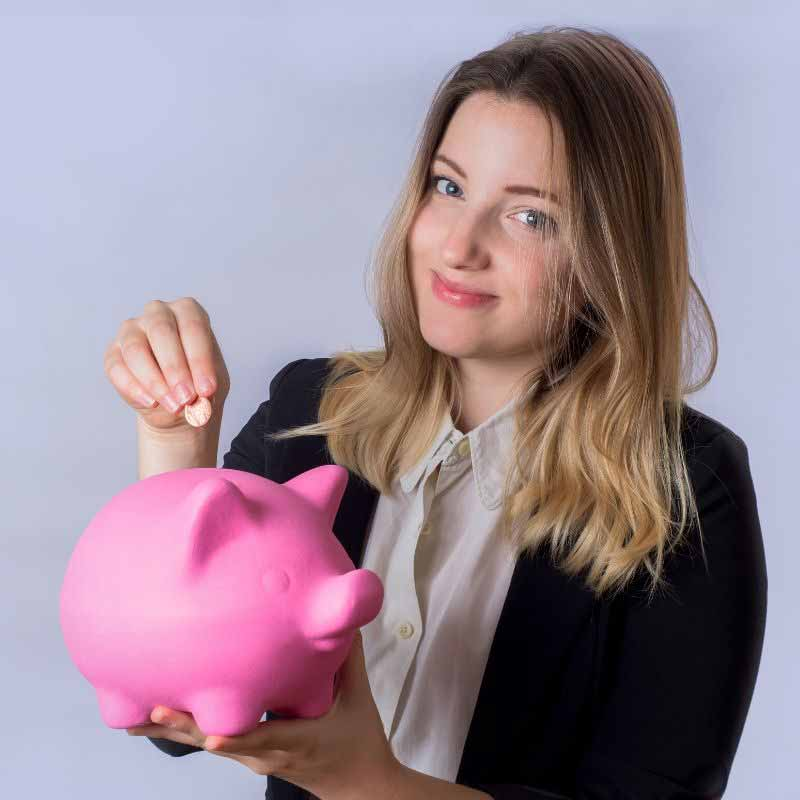 woman-holding-piggy-bank-to-make-2020-resolutions